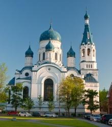 у лавочек напротив Покровского собора