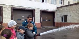Дети из лагеря «Солнышко» познакомились с профессией пожарного