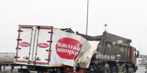 Видео ДТП: самосвал врезался грузовик ISUZU