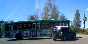 Chevrolet Niva не пропустил автобус (ВИДЕО)